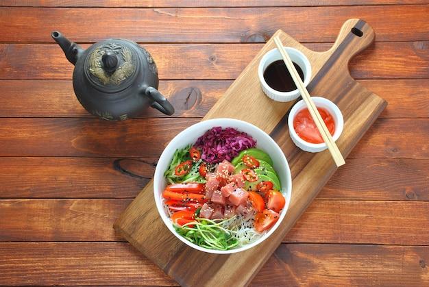 Poke bowl z tuńczykiem z makaronem kryształowym, świeżą czerwoną kapustą, awokado, pomidorkami koktajlowymi.