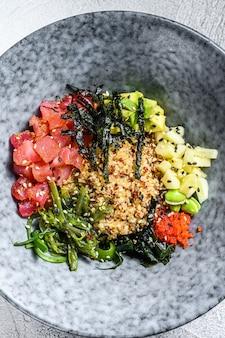 Poke bowl z tuńczykiem z wodorostami, awokado, ogórkiem, rzodkiewką, sezamem
