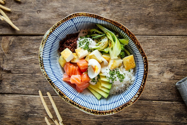 Poke miska ryżu warzywa łososia przepiórki jaja