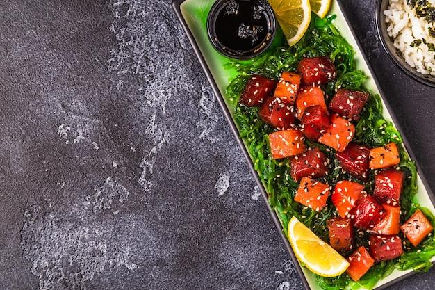 Poke, tradycyjna hawajska sałatka z surowej ryby