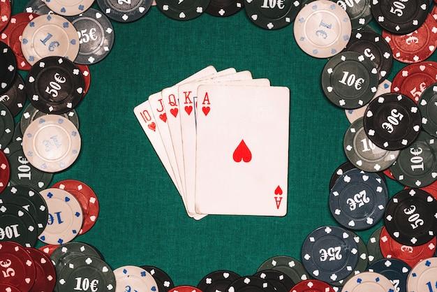 Poker królewski na tle układów do gier