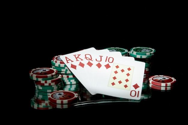Poker na ciemnym tle. karty do pokera i żetony
