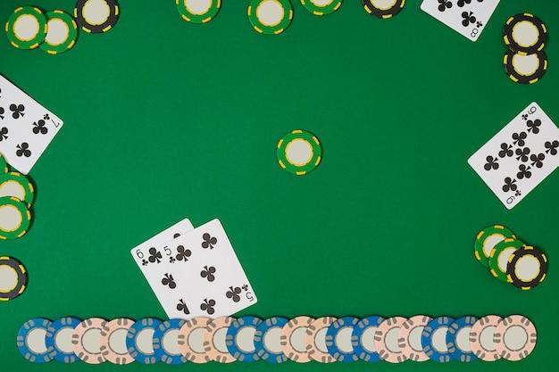 Poker. widok z góry z miejscem na kopię. makieta układu szablonu transparentu dla kasyna online. zielony stół, widok z góry na miejsce pracy.