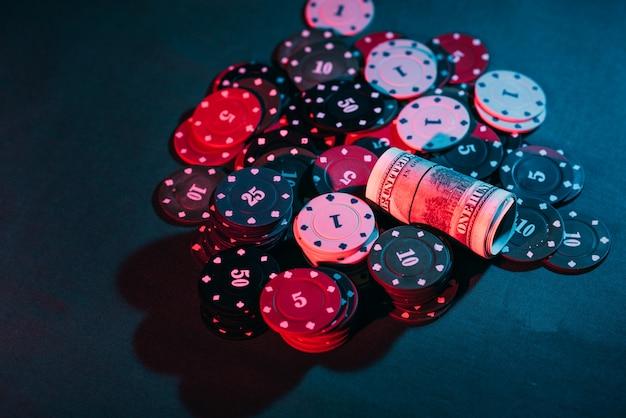 Pokerowe żetony i pieniądze postawione na zakład
