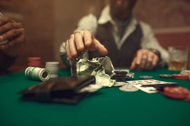 Pokerzysta bierze zakład, kasyno. uzależnienie