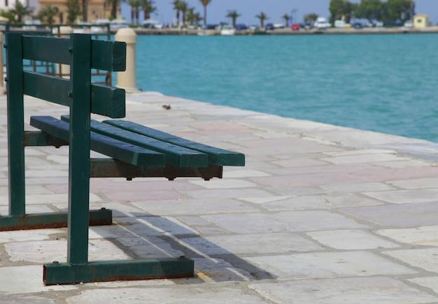 Pokład ławki z widokiem na morze, zakinthos, grecja