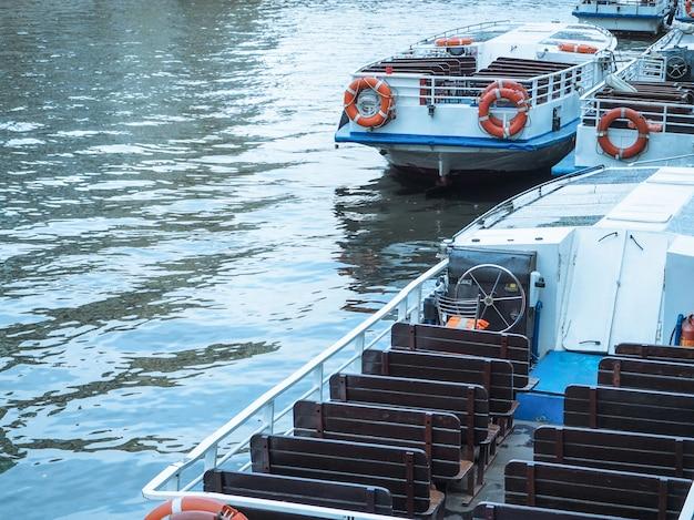 Pokład statku pasażerskiego w pobliżu pirsu.