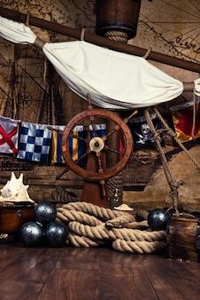 Pokład statku piratów z kierownicą i flagą.