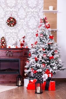 Pokój bożonarodzeniowy z choinką i kominkiem. święty mikołaj nadchodzi.