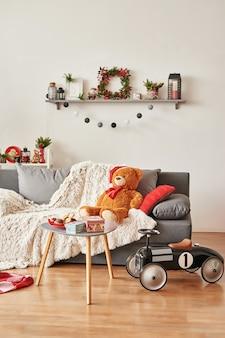 Pokój dziecięcy. świąteczne wnętrze sypialni dla dzieci. noworoczny wystrój i drzewo w pokoju zabaw dla dzieci
