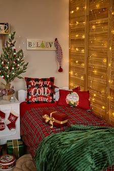 Pokój dziecięcy urządzony na boże narodzenie i nowy rok.