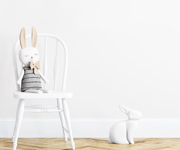 Pokój dziecięcy w białej ścianie z pluszową zabawką
