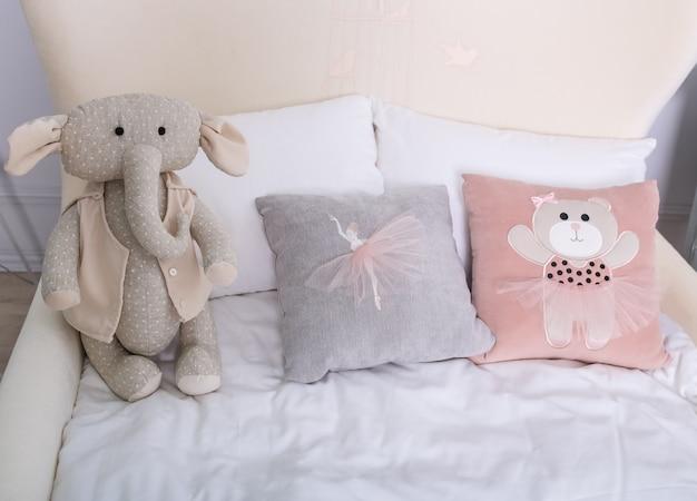 Pokój dziecięcy we wnętrzu z poduszkami i zabawkami w jasnym