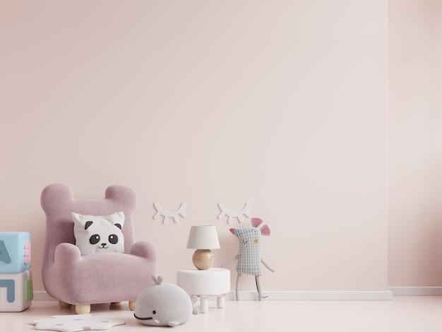 Pokój dziecięcy z krzesłem w jasnoróżowej ścianie