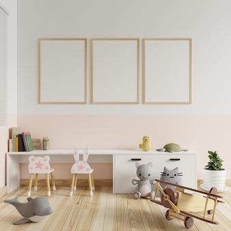 Pokój dziecięcy z ramą na zdjęcia na ścianach w biało-kremowej kolorystyce. z książkami umieszczonymi na stole i zabawkami na renderingu floor.3d.