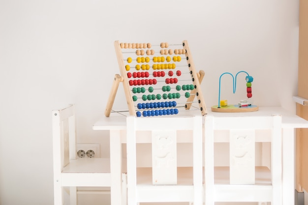 Pokój dziecięcy z zabawkami w stylu skandynawskim