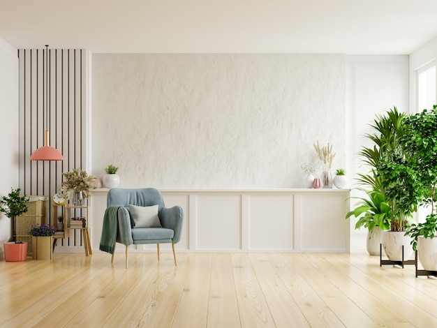 Pokój dzienny z białym tynkiem ma fotel i dekorację.