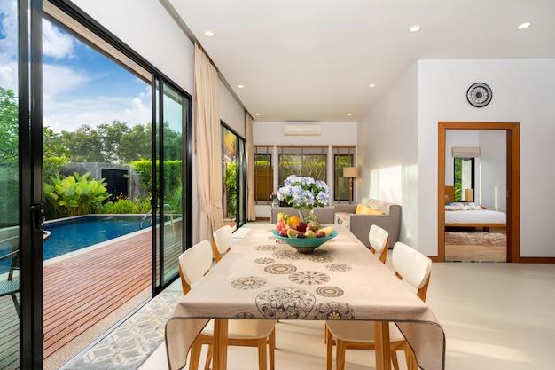 Pokój dzienny z widokiem na basen w luksusowym domu
