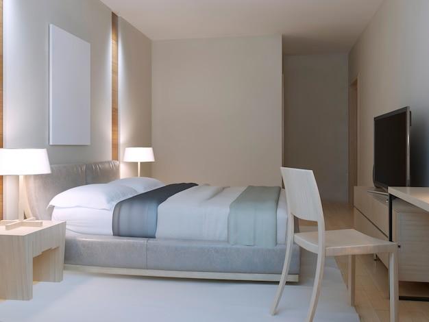 Pokój hotelowy w stylu minimalistycznym z ubranym dwuosobowym łóżkiem