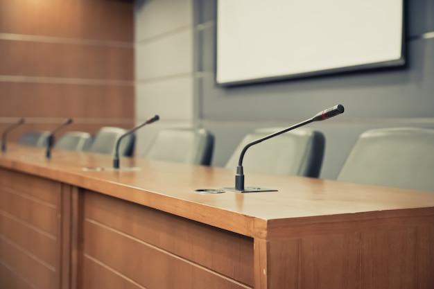 Pokój konferencyjny i profesjonalny mikrofon konferencyjny.