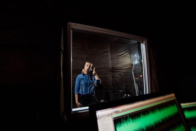 Pokój kontrolny studia nagrań. komercyjne, nowoczesne środowisko muzyczne