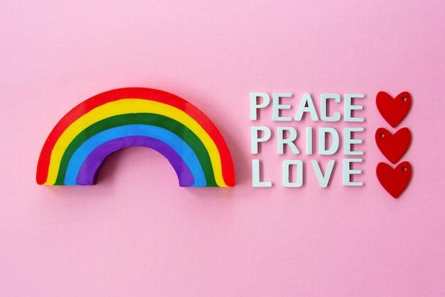 Pokój, miłość, duma z tęczą. koncepcja dumy gejowskiej lgbt.