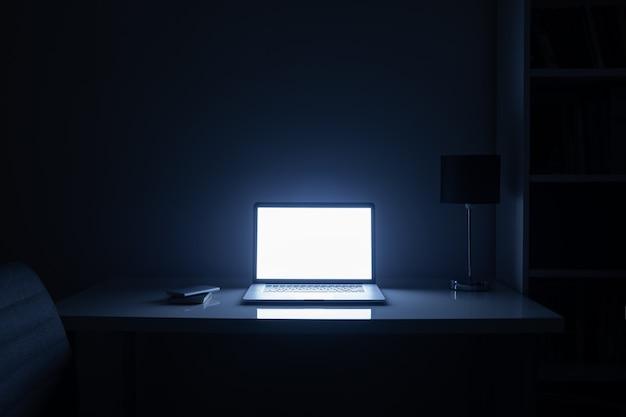Pokój oświetlony w nocy ekranem komputera