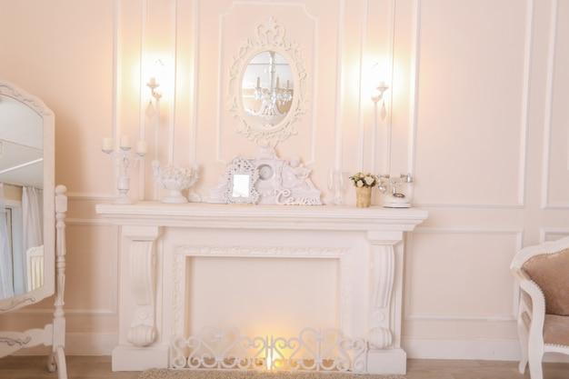 Pokój w mieszkaniu w stylu secesyjnym z lekkimi meblami