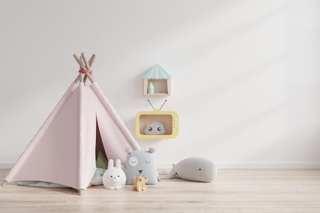 Pokój zabaw dla dzieci z namiotem i stołem za białą ścianą.