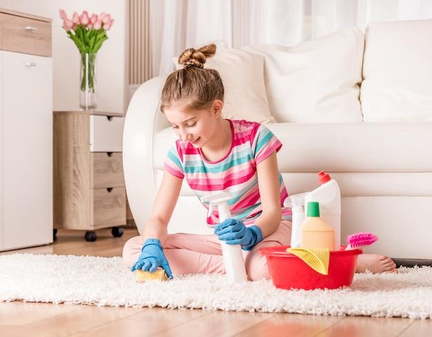 Pokojówka szczotkująca dywan