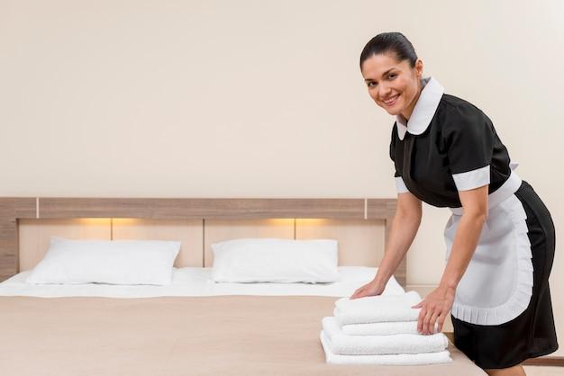 Pokojówka w pokoju hotelowym