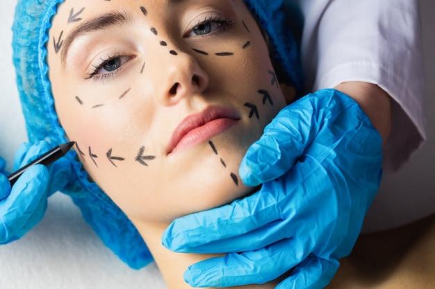 Pokojowy młody pacjent z kropkowanymi liniami na twarzy