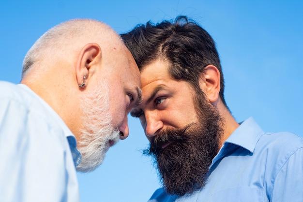Pokolenia mężczyzn: dziadek i ojciec razem
