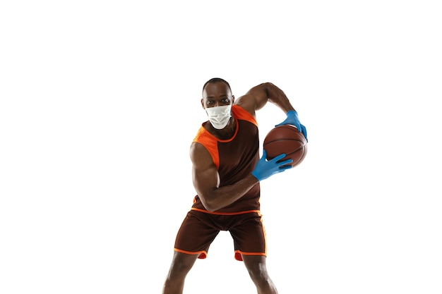 Pokonaj to. afroamerykański koszykarz w masce ochronnej. nadal aktywny podczas kwarantanny. opieka zdrowotna, medycyna, koncepcja sportu.
