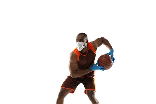 Pokonaj to. afroamerykański koszykarz w masce ochronnej.