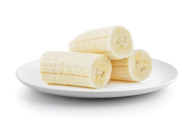 Pokrajać banana w talerzu odizolowywającym