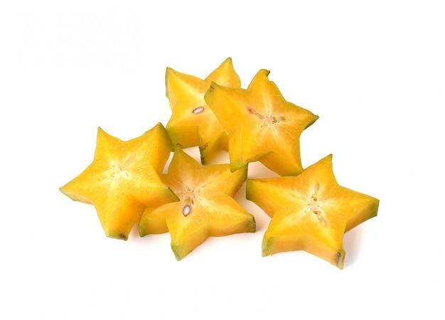 Pokrajać starfruit lub carambola odizolowywających na bielu