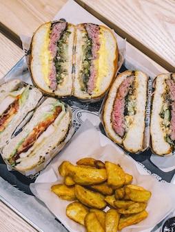 Pokroić mięso hamburgery i frytki na tacy w kawiarni