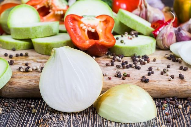 Pokroić na kawałki kwaśną cebulę