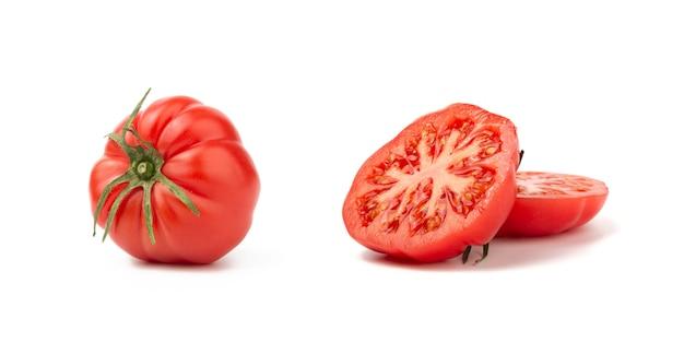 Pokroić na połówki i całego czerwonego pomidoru odizolowywającego na białym tle
