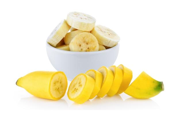 Pokrój banana w białą miskę