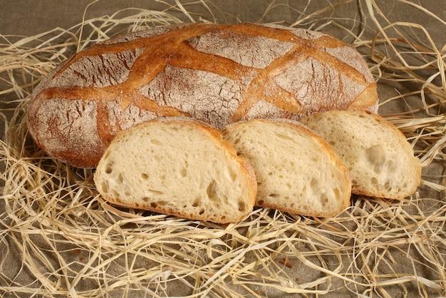 Pokrój chleb na stole