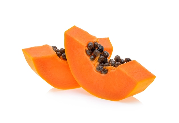 Pokrój dojrzałą papaję na białym tle na białym tle.