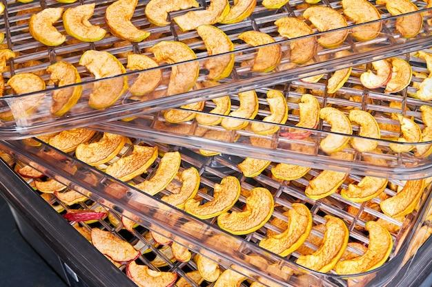 Pokrój jabłka na tacy do suszarki
