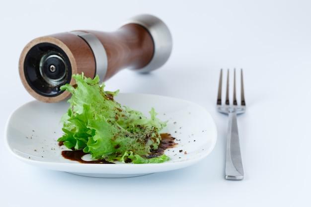 Pokrój kapustę włoską na talerzu