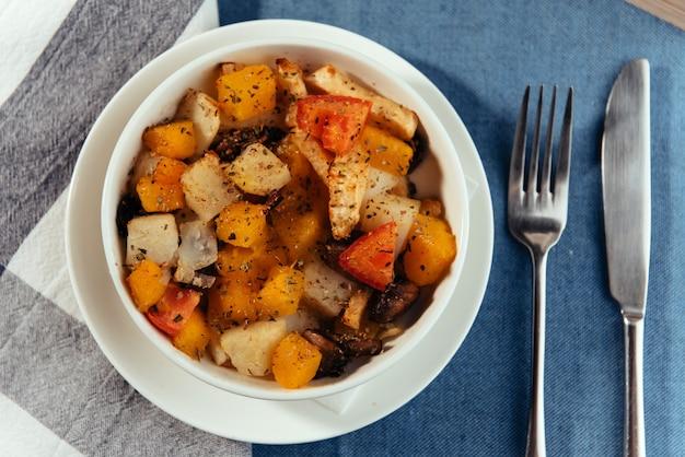 Pokrój świeże warzywa w naczyniu z przyprawami