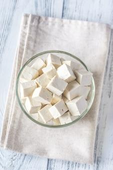 Pokrój tofu w szklanej misce