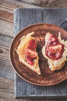 Pokrój tosty serowe na talerzu