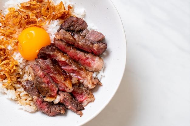 Pokrojona wołowina na miskę ryżu z jajkiem