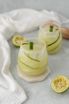 Pokrojona zielona jabłczana owoc na białej tkaninie